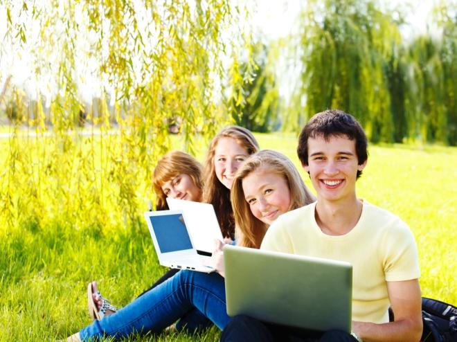 laptopy-mlodziez-nastolatki-laka-park-internet-ts-660