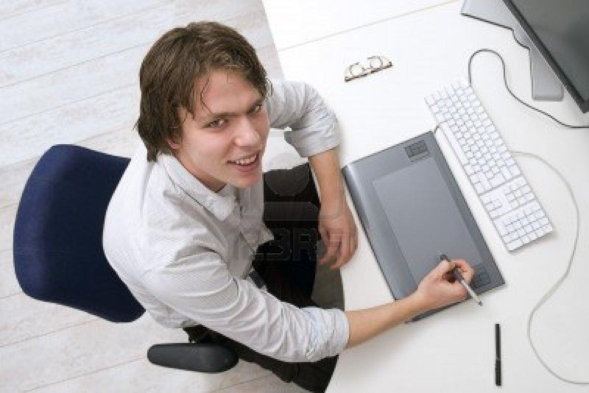 6492311-portret-mezczyzna-siedzi-behin-biurko-z-klawiatury-grafiki-komputera-typu-tablet-i-monitor-w-urzedzi